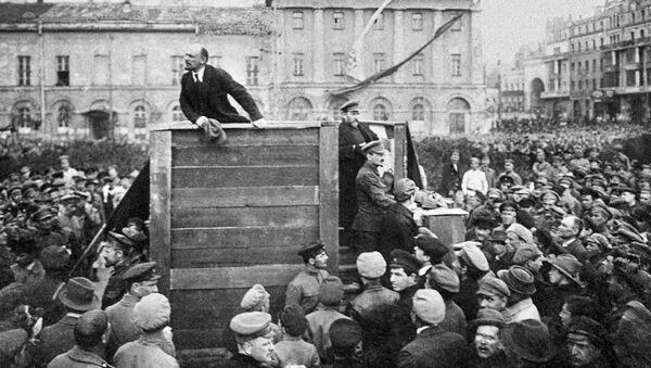 Владимир Ильич Ленин выступает с речью на площади Свердлова перед войсками, отправляющимися на фронт против белополяков - Sputnik Абхазия