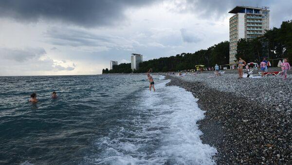 Отдыхающие на пляже города Пицунды в Абхази - Sputnik Абхазия