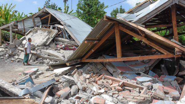 Разрушенные в результате сильного землетрясения дома в Ломбоке, Индонезия - Sputnik Аҧсны