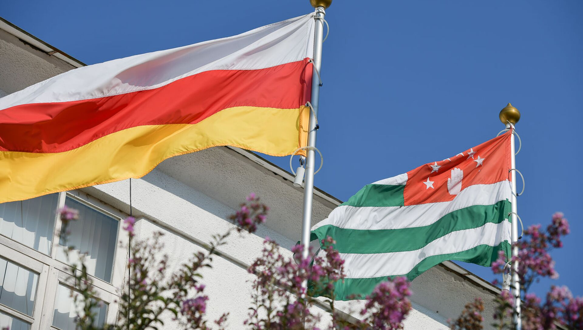 Флаг Республики Южная Осетия и  Республики Абхазия - Sputnik Абхазия, 1920, 27.09.2021