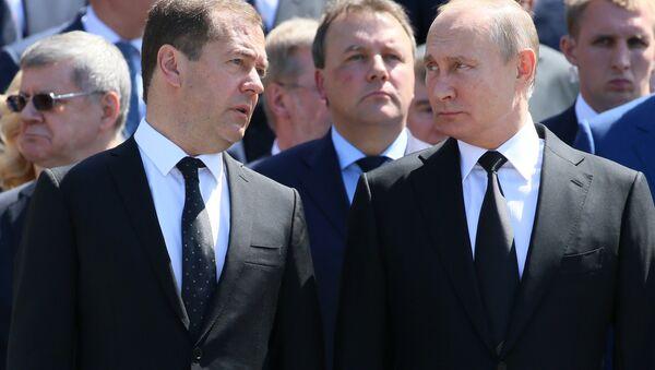 Президент РФ В. Путин и премьер-министр РФ Д. Медведев приняли участие в церемонии возложения венков к Могиле Неизвестного Солдата - Sputnik Аҧсны
