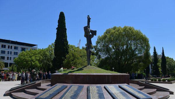 Возложение цветов в Парке славы - Sputnik Аҧсны