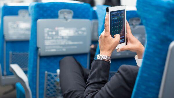 Бизнесмен с телефоном в руках в салоне самолета - Sputnik Абхазия