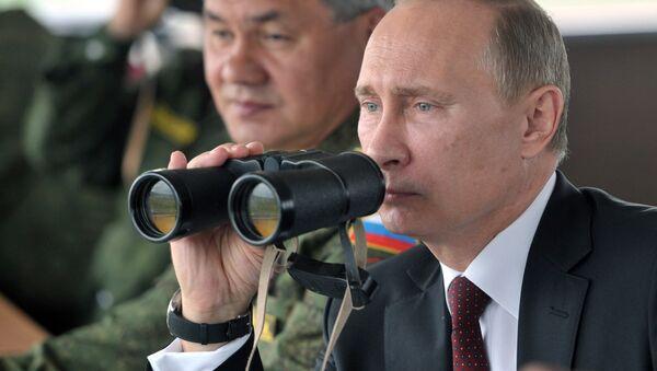 Президент России Владимир Путин (справа) и министр обороны РФ Сергей Шойгу наблюдают за маневрами военных учений - Sputnik Аҧсны