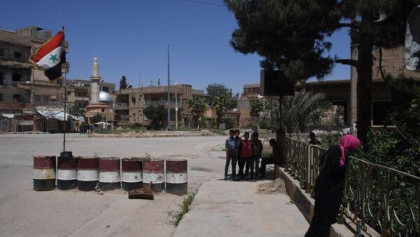 Жители на улице в сирийском городе Дейр-эз-Зор. - Sputnik Абхазия