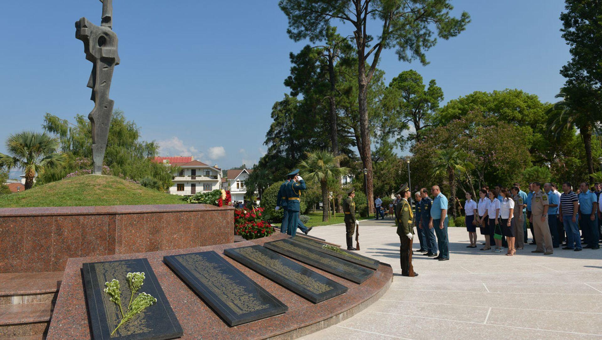 Возложение цветов в парке славы - Sputnik Абхазия, 1920, 13.08.2021