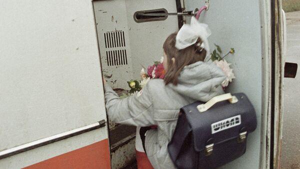 Учащаяся заходит в дверь автобуса - Sputnik Абхазия
