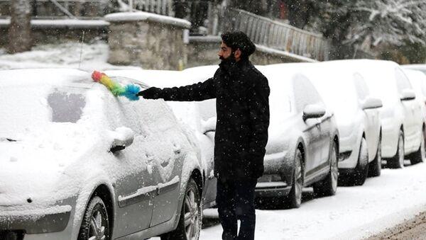Мужчина чистит машину от снега в Турции. Архивное фото - Sputnik Аҧсны