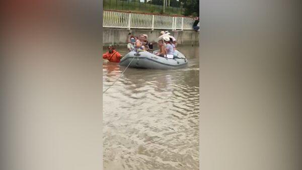 Пассажиров автобуса в подтопленном Адлере эвакуировали на лодке: кадры очевидца - Sputnik Абхазия