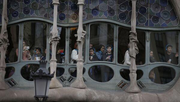 Туристы выглядывают из окна здания Каса-Батльо архитектора Антонио Гауди в Барселоне, Испания - Sputnik Абхазия