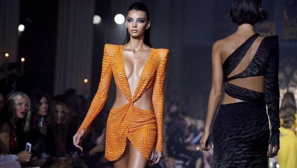 Модель на показе дизайнера Джулиана МакДональда на Неделе моды в Лондоне - Sputnik Абхазия