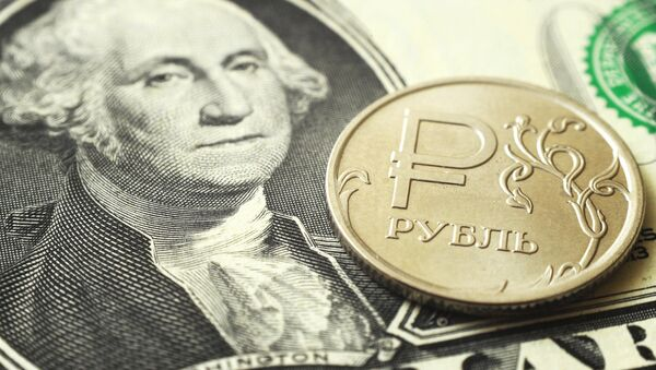 Монета номиналом один рубль на банкноте один доллар США - Sputnik Абхазия