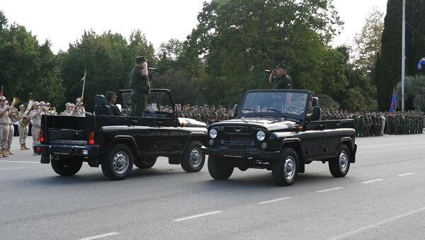 Марш, девушки и УАЗы: репетиция парада Победы в Сухуме - Sputnik Абхазия