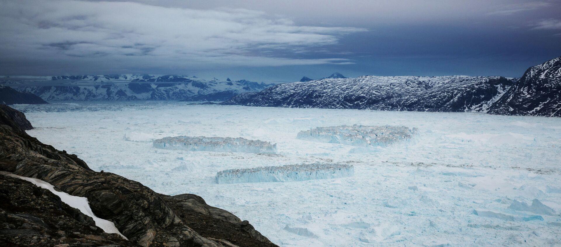Айсберги во фьорде Сермилик после отделения от ледника Хелхейма в Гренландии - Sputnik Абхазия, 1920, 31.05.2021