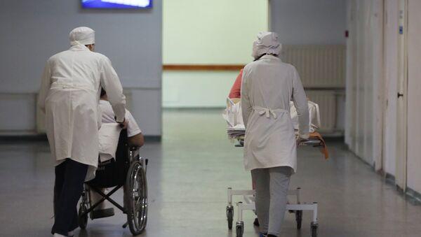 Сотрудники транспортируют пациентов в НИИ скорой помощи имени И.И. Джанелидзе в Санкт-Петербурге. - Sputnik Аҧсны