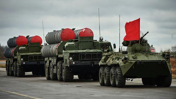 Бронетранспортер БТР-82 и зенитно-ракетные комплексы ПВО С-300 во время тренировки механизированной колонны войск Санкт-Петербургского гарнизона для участия в военном параде в честь 70-й годовщины Победы в Великой Отечественной войне - Sputnik Аҧсны