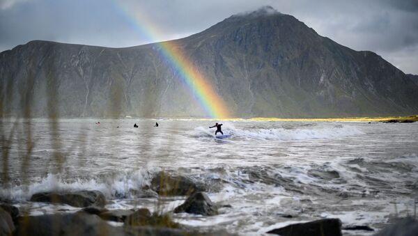 Серфер на фоне радуги в водах коммуны Флакстад на севере Норвегии - Sputnik Аҧсны