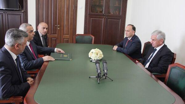 Президент Республики Абхазия Рауль Хаджимба принял делегацию Республики Арцах - Sputnik Абхазия