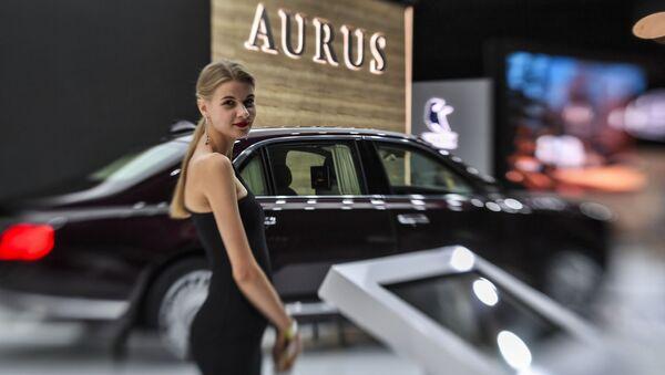 Девушка у автомобиля Aurus Senat на Московском международном автомобильном салоне 2018 - Sputnik Абхазия