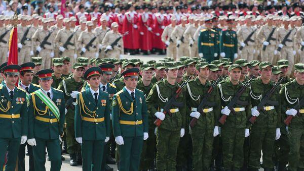 Военный парад, посвященный 25-летию Победы и Независимости Абхазии, на площади Свободы в Сухуме - Sputnik Абхазия