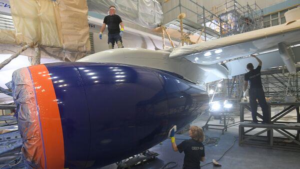 Покраска самолета Сухой – Суперджет в ливрею авиакомпании Аэрофлот в Ульяновске. - Sputnik Абхазия