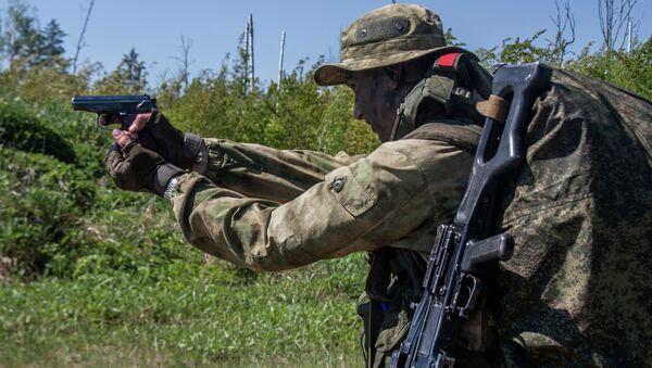 Военнослужащий подразделения разведки Западного военного округа выполняет контрольные стрельбы - Sputnik Аҧсны
