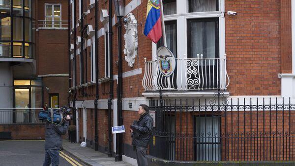 Журналисты у здания посольства Эквадора в Лондоне, где с 2012 года укрывается сооснователь WikiLeaks Джулиан Ассанж. - Sputnik Аҧсны