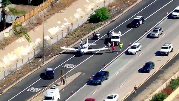 Одномоторный четырехместных самолет Piper PA-28-161 на автомагистрали в Калифорнии - Sputnik Абхазия