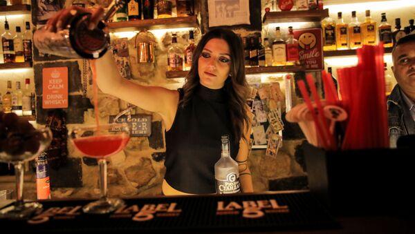 Девушка-бармен готовит коктейль в ночном клубе в Дамаске - Sputnik Абхазия
