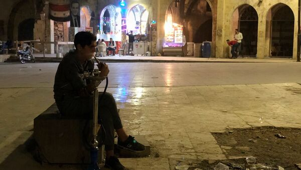 Мужчина с кальяном на площади возле рынка в Алеппо - Sputnik Абхазия