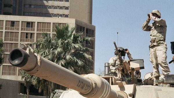 Американские солдаты наблюдают за порядком на улице Багдада - Sputnik Абхазия