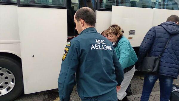 Долгий путь домой: как встретили в Адлере пассажиров поезда Москва-Сухум - Sputnik Абхазия