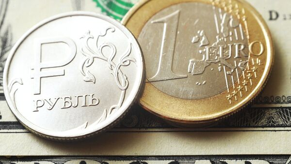 Монеты номиналом один рубль, один евро на банкноте один доллар США - Sputnik Абхазия