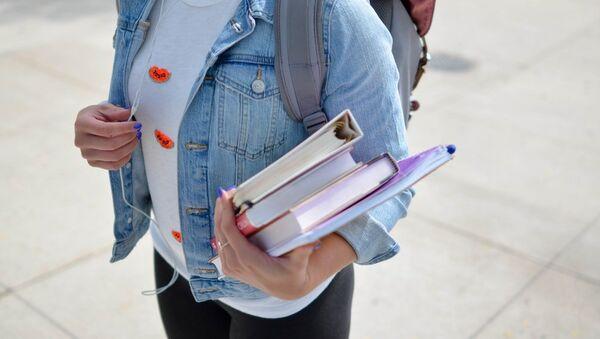 Студентка с книгами - Sputnik Абхазия