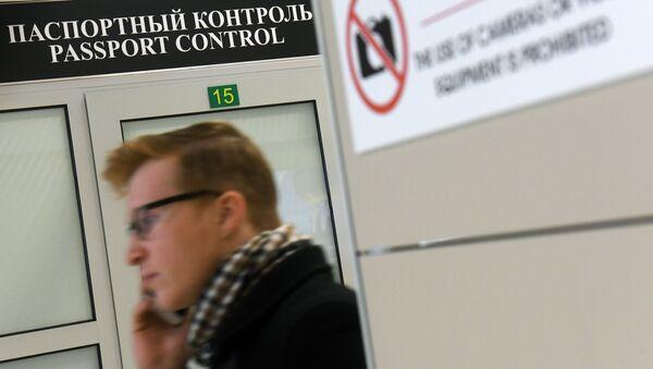 Работа таможенного поста аэропорта. Архивное фото - Sputnik Аҧсны