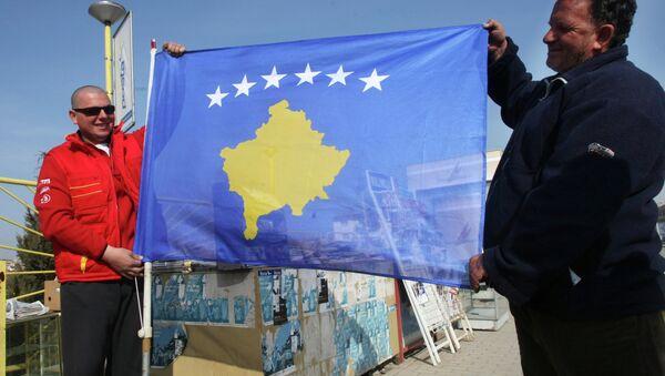 Жители Приштины с новым флагом самопровозглашенной респупблики Косово. - Sputnik Абхазия