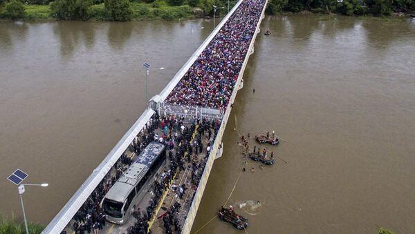 Караван мигрантов из Гондураса в США на мосту между Гватемалой и Мексикой  - Sputnik Абхазия