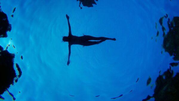 Женщина в бассейне, Мадрид - Sputnik Аҧсны