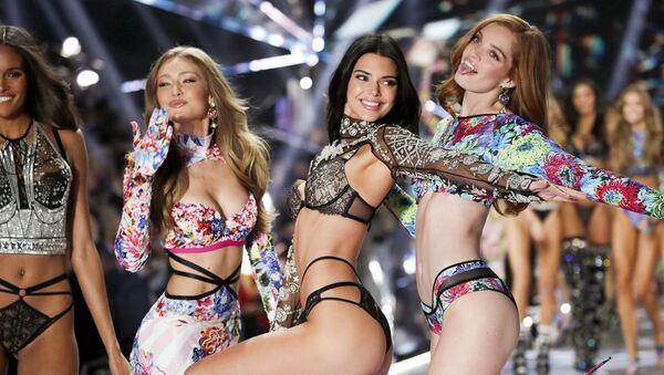 Модели на показе Victoria's Secret в Нью-Йорке - Sputnik Абхазия
