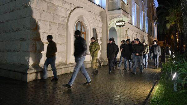 Актеры абхазского молодежного театра собрались у драмтеатра имени Чанба - Sputnik Абхазия