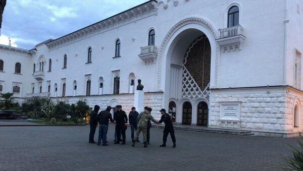 Протест Молодежного театра у здания Абхазского драмтеатра продолжается второй день - Sputnik Абхазия