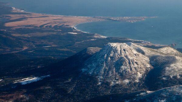 ид на вулкан Менделеева и поселок Южно-Курильск на острове Кунашир - Sputnik Абхазия