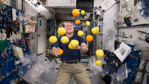 Астронавт Скотт Келли во время жонглирования лимонами и апельсинами - Sputnik Абхазия