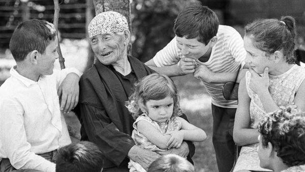 Женщина-долгожитель Хфаф Лазурия (137 лет) из села Кутол в окружении правнуков - Sputnik Абхазия