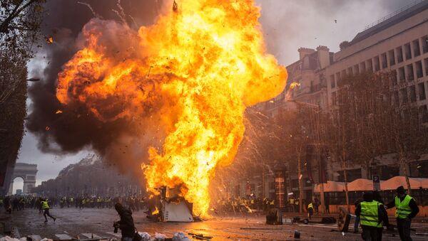 Акция протестов автомобилистов желтые жилеты в Париже  - Sputnik Абхазия