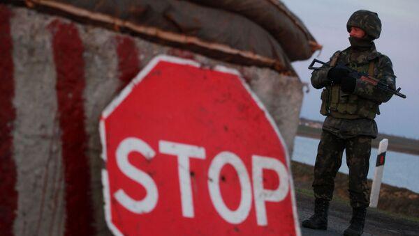 Украинский солдат на контрольно-пропускном пункте в селе Чонгар в Херсонской области на юге Украины - Sputnik Абхазия