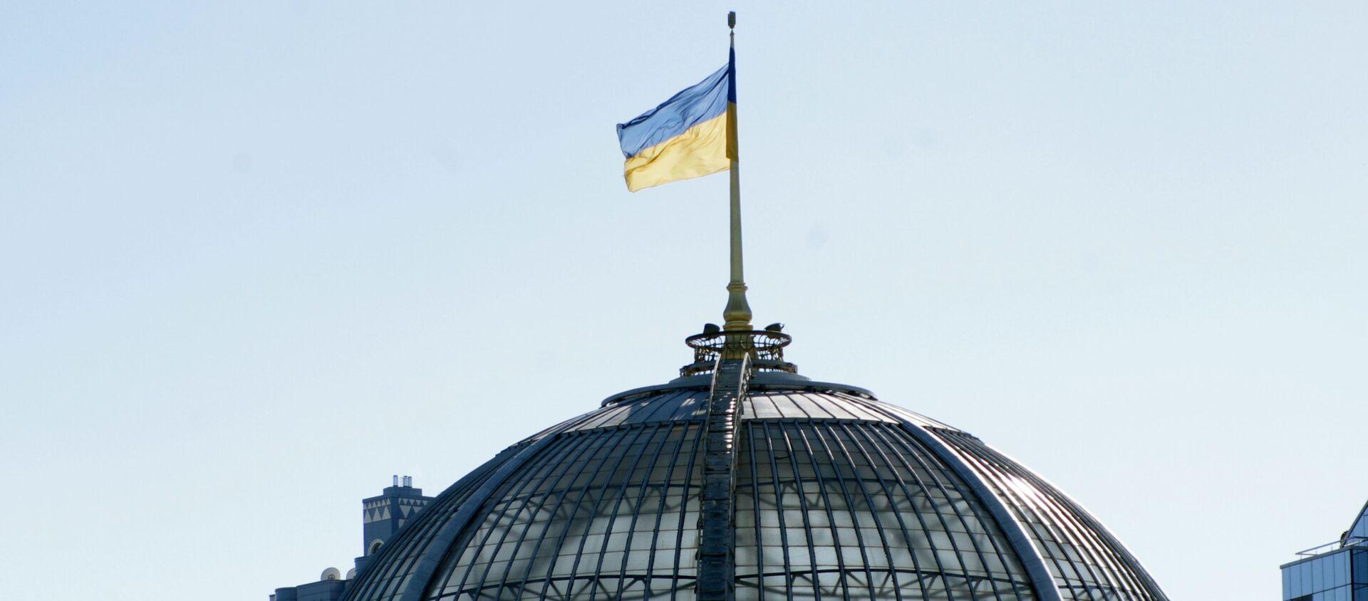 Флаг на крыше Верховной Рады Украины в Киеве. - Sputnik Абхазия, 1920, 16.02.2021