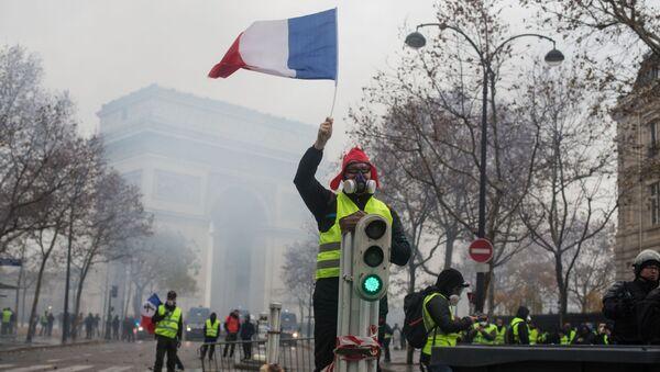 Акция протеста автомобилистов жёлтые жилеты в Париже - Sputnik Абхазия