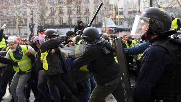 Столкновения полицейских с протестующими в желтых жилетах (Gilets jaunes) 8 декабря 2018 года в Париже - Sputnik Абхазия