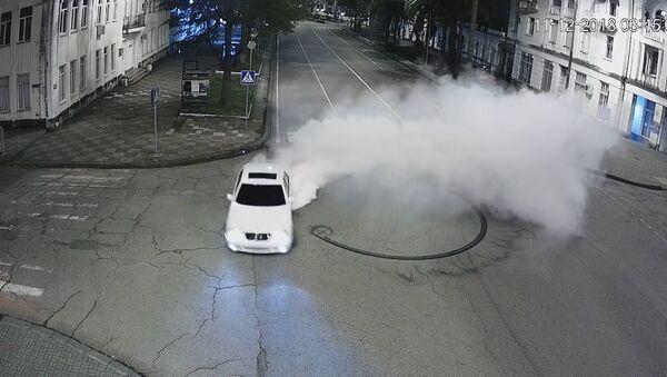 Автомобиль мерседес, создававший аварийную ситуацию в Сухуме в ночь на 11 декабря  - Sputnik Абхазия